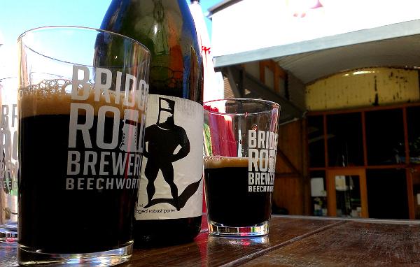 Bottle and glasses of Bridge Road Imperial Robust Porter